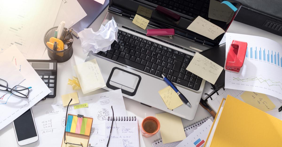 Ungeordneter Schreibtisch